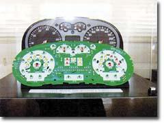 自動車のダッシュボードに取り付けられた 「ウェッジベースランプ」(使用例)