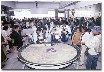 カモンワーフのオープン時には、直径3mの大皿にフグ刺しが盛られ、世界一のフグ刺しとしてギネスブックに登録された