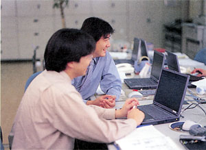 足で稼いだ情報は、社内ネットで共有化される