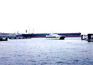 目の前には大型タンカーが・・・。手前は広島-呉-松山のスーパージェット