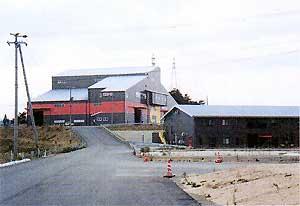 中間保管・梱包施設(左)と高度排水処理施設(右)