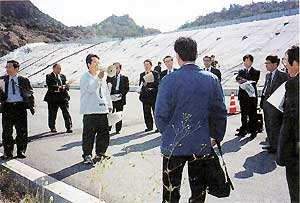 豊島では廃棄物対策豊島住民会議のメンバーがハンドマイクを片手に説明