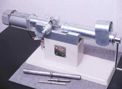 軸肥大加工の装置と中間が肥大した金属軸