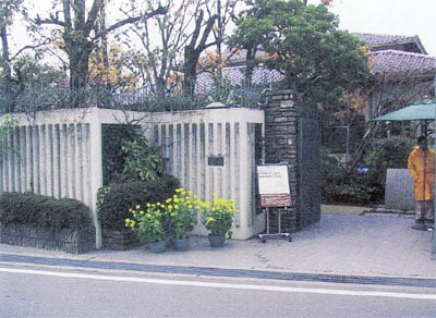 「記念館正門」ジャケット姿はボランティア