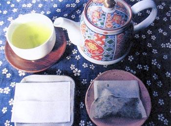 「お茶パック」の使用前(左)と使用後(右)