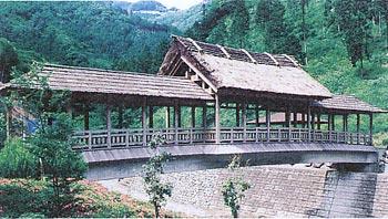 全国でも珍しい屋根付橋