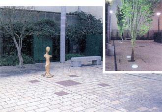 ポケットパークと野外彫刻 植木を照らすアッパーライト(右上)