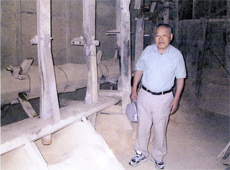 「乾搗」と現在の登山窯当主の佐川巌氏