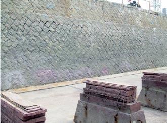 石積みの壁と船体を支える盤木