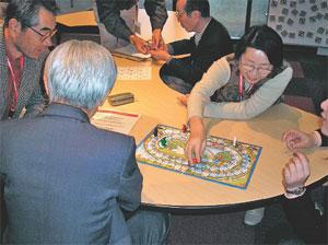 アジア玩具の遊び方を研究するボランティア