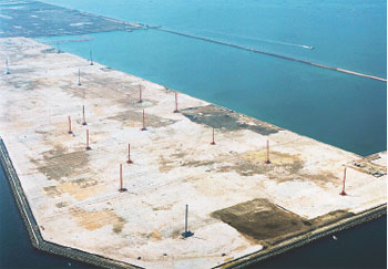 地盤改良工事中の空港:H15.4撮影 (国土交通省北九州港湾・空港整備事務所提供)