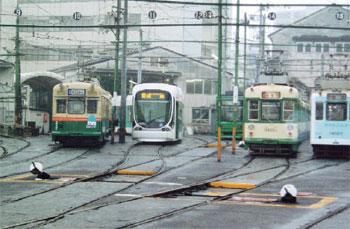 さまざまな種類の電車が並ぶ広島電鉄の車庫