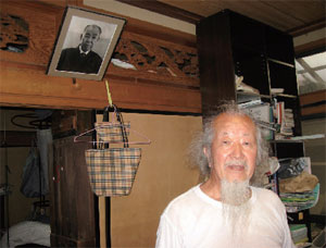 白鷹さんの自宅にて。後には師の西岡常一棟梁の写真も