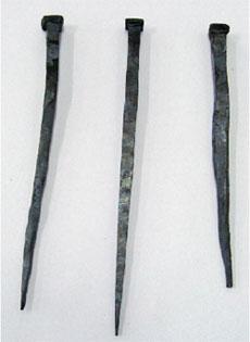 左:筆者制作の高純度鉄釘 中:白鷹さん制作の白鳳型和釘 右:筆者制作の普通鋼材釘