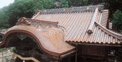 伊予市双海町・三島神社の銅板葺き屋根と鬼飾り