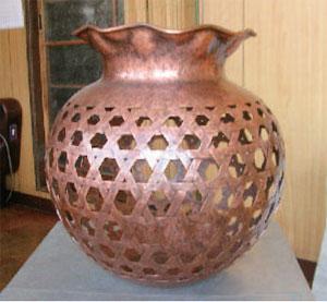 まるで竹を編んだような銅板の花器