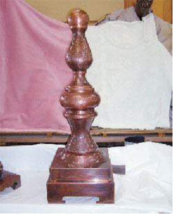 筒状にした銅板を組み合わせ、萬翠荘の屋根飾りを再現