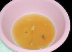 写真(2)裏紙から採取したすすの入った水
