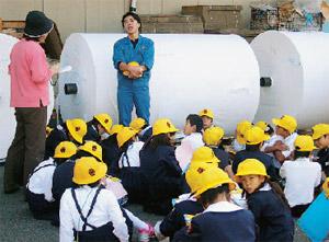 画像:小学生の工場見学