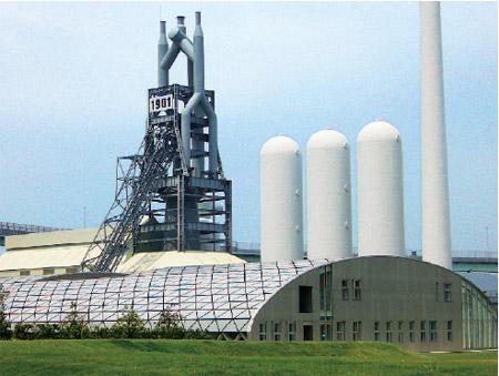 手前が北九州イノベーションギャラリー、後方は東田第一高炉史跡