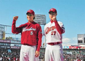 新ユニホームを着る栗原選手(左)と大竹投手(カープ球団提供)
