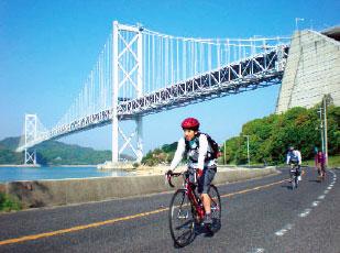 サイクリングを楽しむ人々