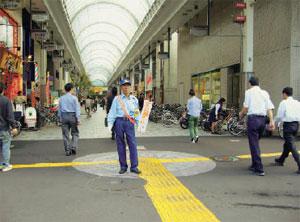 街頭で交通マナーの向上を呼びかける係員