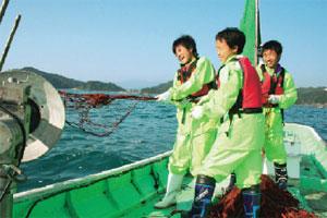 伊勢エビ漁を体験中