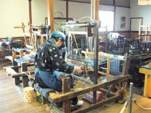 織機を使って伊予絣を織る様子(民芸伊予かすり会館)
