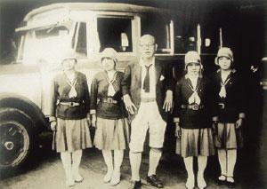 油屋熊八(中央)とバスガイド