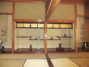 画像:左右対称の床の間・違い棚