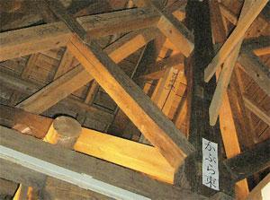 画像:小屋組に残る「蕪束」