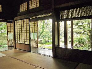 画像:上之間から日本庭園を眺める