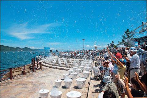 夏空に舞い上がるシャボン玉に歓声が上がる(開会式の様子) 写真:中村脩