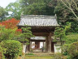 画像:旧表参道からみた山門