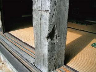 画像:歴史を感じさせる栗材の柱