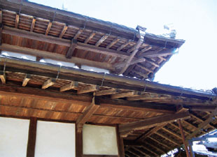 画像:「せがい造」の軒先