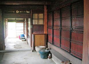 画像:店舗部分の通り土間