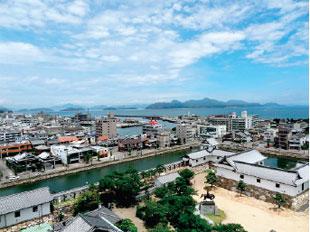画像:天守展望台から来島海峡を望む