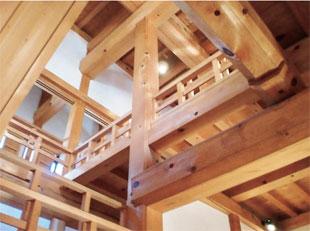 画像:天守の複雑な木組み(中央は心柱)