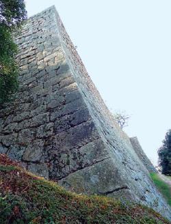 画像:三の丸の石垣「扇の勾配」