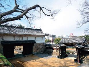 画像:大手一の門(左)と大手二の門(右)