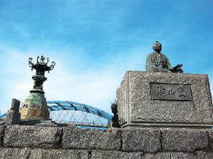 画像:丸亀港のシンボル「太助燈籠」