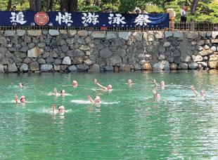 画像:追悼游泳祭の風景