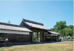 画像:大手門の「鷲の門」と城山