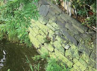 画像:今も残る「折れ曲がり塀」を支えた「舌石」