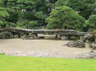 画像:旧徳島城表御殿庭園にある大石橋(地団駄橋)