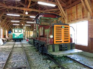 車庫で休む「野村式L69型機関車」