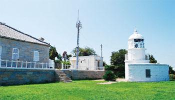 画像:釣島灯台と旧官舎