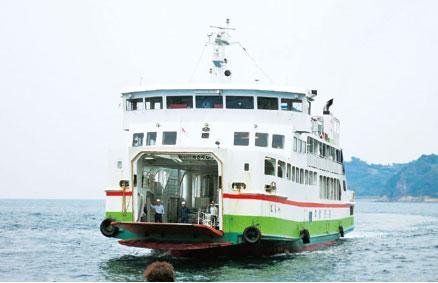 画像:1日2往復寄港する定期船